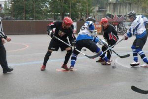Hokejbalisti Pov. Bystrice (v modrom) zdolali Vrútky.