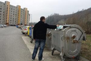 Do mestských kontajnerov vraj sypú odpad aj ľudia zo susedných dedín.