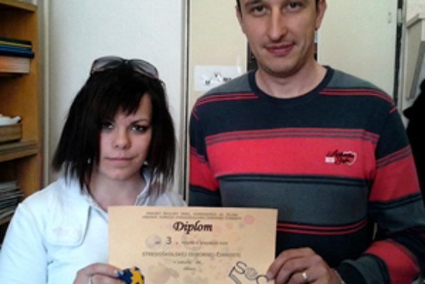 Študentka Michaela Šprláková s učiteľom Milošom Kubáňom.