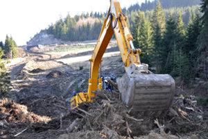 Peter Paluga robí zemné úpravy v údolí, ktoré pretne nový most.