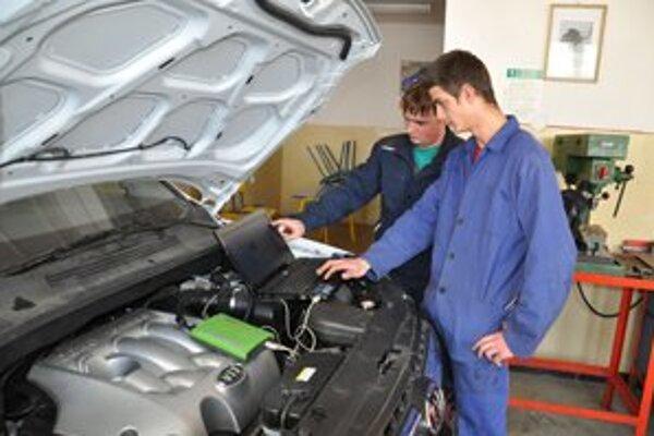 V odbornej škole v Istebnom vyučujú žiadaný odbor autoelektrikár. Presťahuje sa do Kňažej.