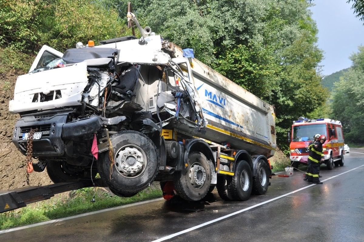 b08437eb8bf8 Čelná zrážka kamiónov zablokovala hlavný ťah Oravou - SME