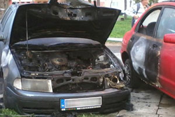 Úmyselne založený požiar zničil jedno auto, dve poškodil.