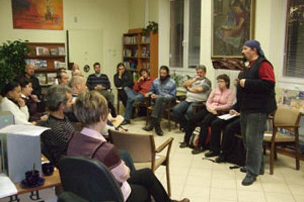 Na celoslovenskom stretnutí literárnych klubov sa uskutočnilo autorské čítanie literárnych prác zúčastnený členov. Medzi kolegami stojí Jano Cíger z Mädokýša, predseda Združenia literárnych klubov Slovenska.