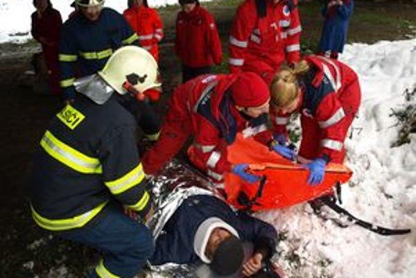 Pri nehode bolo zranených päť ľudí, jedna žena a práve narodené dieťa zomreli. Našťastie, nešlo o skutočnú nehodu, ale o cvičenie záchranárov.