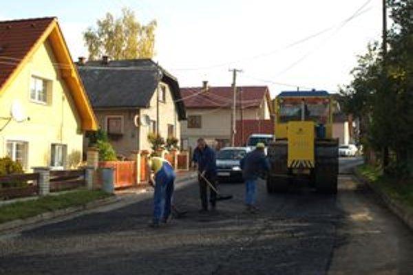Cesta v Osádke bola pred opravou deravá ako ementál. Obcou však teraz vedie súvislý asfaltový koberec.