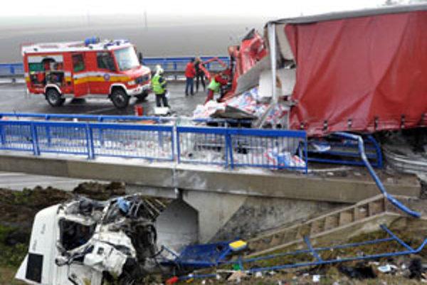 Tragická nehoda si vyžiadala dva ľudské životy. Kabína kamióna z Párnice skončila pod mostom, vodič sa zranil ľahko.