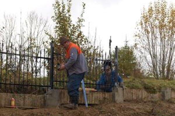 Opravy oplotenia sú kompletne hotové, robotníci tak nebudú rušiť návštevníkov cintorína počas dušičiek.