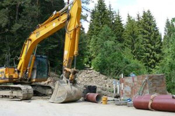 Zatiaľ čo v niektorých v obciach zabezpečuje projekty a realizáciu odkanalizovania vodárenská spoločnosť, Bobrovčania si musia kanalizáciu riešiť svojpomocne – obec bola pre projekt OVS primalá.