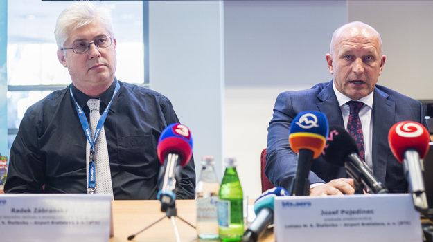 Na snímke vľavo riaditeľ leteckého obchodu Radek Zábranský a predseda predstavensta letiska M. R. Štefánika Jozef Pojedinec počas tlačovej konferencie.