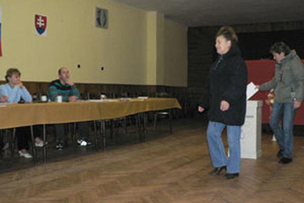 Pri našej návšteve volebnej miestnosti v Záskalí sme museli chvíľu čakať, kým sa ukázali nejakí voliči.