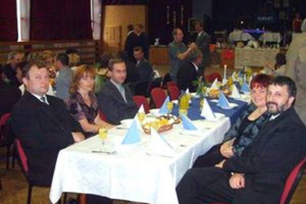 Na spoločenských akciách A-klubu sa na stoloch objavuje výhradne minerálka alebo džús.