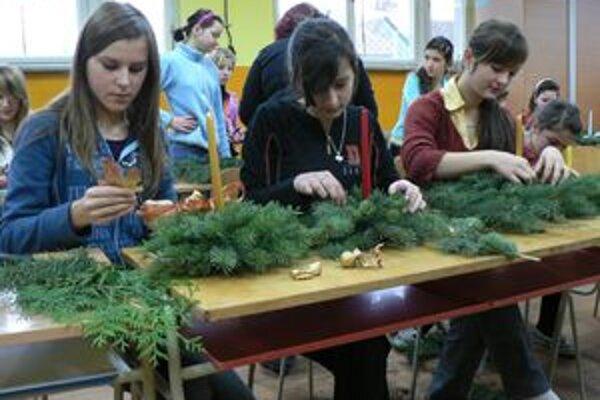 Žaškovskí školáci vyrábali ikebany, ktoré potom predávali za symbolickú cenu.