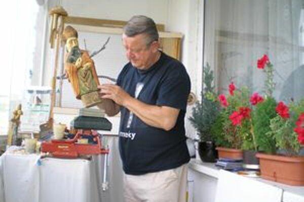 Drevené betlehemy vyrába Ján Ferianc vo svojom byte v bratislavskej Petržalke.