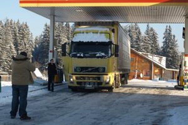 Niektorí z hornooravských autodopravcov sa dnes zastavili na trstenských čerpačkách len symbolicky. Naftu totiž tankujú v Poľsku. Je lacnejšia ako u nás.