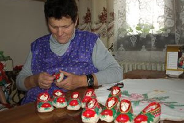 V poslednom období šije vyšívačka z Hladovky hlavne kroje na bábiky. K nim neodmysliteľne patria aj ručne šité a vyšívané minipapučky.