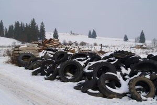 Staré pneumatiky či chladničky budú Zákamenčania onedlho skladovať v zbernom dvore.