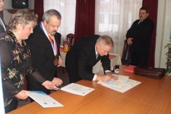 Zmluvu o vzájomnej spolupráci podpísali starosta Oravského Bieleho Potoka spolu s wójtom gminy Spytkowice.