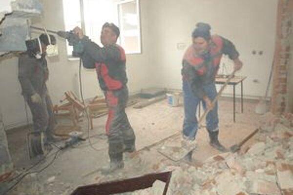 Chlapi v týchto dňoch pripravujú miestnosť pre novú kuchyňu.