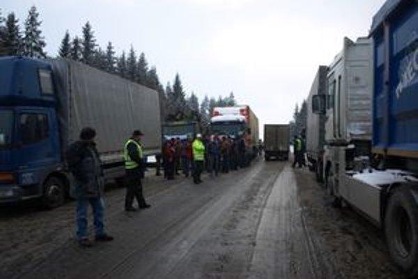 Oravské kamióny zablokovali dnes ráno slovensko-poľskú hranicu. Celé dopoludnie púšťali len osobné autá. Nákladné vozidlá sa dostali cez hranicu po jednej popoludní.