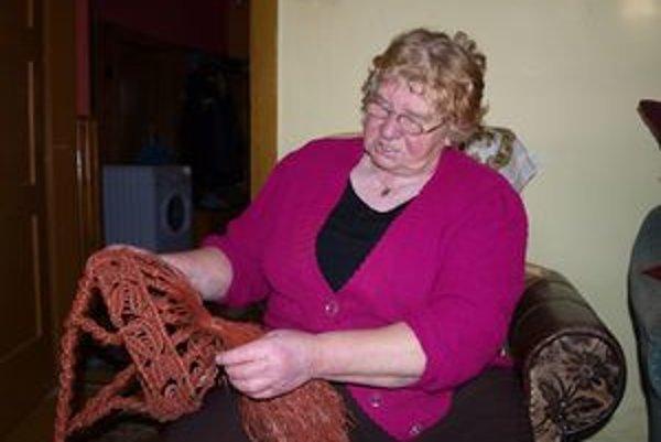 Viktória Florková vytvorí takýto košík z množstva uzlíkov za dva týždne.