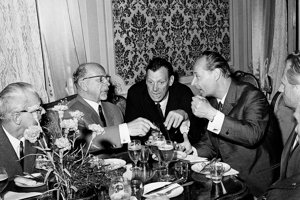 Na snímke z  3. augusta 1968 záber z recepcie v budove SNR, súdruhovia straníckej a vládnej delegácie Nemeckej demokratickej republiky v čele s prvým tajomníkom ÚV SED Waltrom Ulbrichtom a členom politického byra Ústredného výboru Jednotnej socialistickej  strany Nemecka v rozhovore s prvým tajomníkom ÚV KSČS Alexandrom Dubčekom.