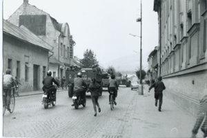 Presun vojenskej kolóny cez Brezno.