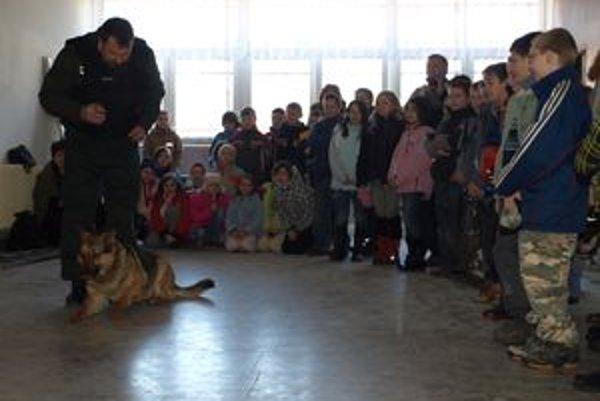 Psovodi deťom ukázali, ako musia policajné psy poslúchať.