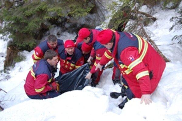 Oravskí záchranári vyťahujú zo žľabu pod Chočom telo dôchodcu, ktorý sa stratil pred tromi týždňami.