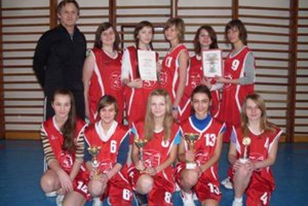 Basketbalistky Oravskej Polhory s jedným zo svojich tohtosezónnych pohárov.