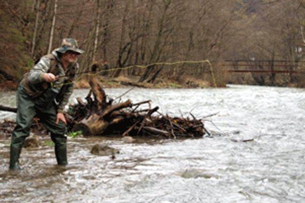 Dolnokubínčan Štefan Krížo chodí už 15 rokov otvárať vodu na Zázrivku.