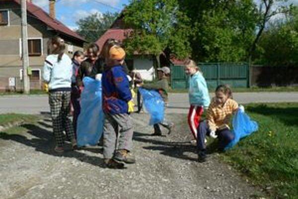Deň Zeme si dnes mnohí školáci pripomenuli tým, že čistili prírodu a ulice od odpadkov.