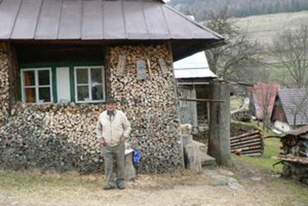 Ján Žúbor pred svojou drevenicou. Rozprávkový kraj, ale ťažký život.