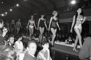 Promenáda v plavkách na súťaži Dievča roka 1968 v bratislavskom PKO.