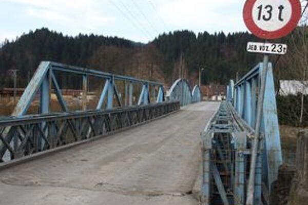 Po moste denne prejde niekoľko nákladiakov aj autobusov. Podľa súčasnej nosnosti by však tadiaľ mali prechádzať nanajvýš prázdne tatrovky.