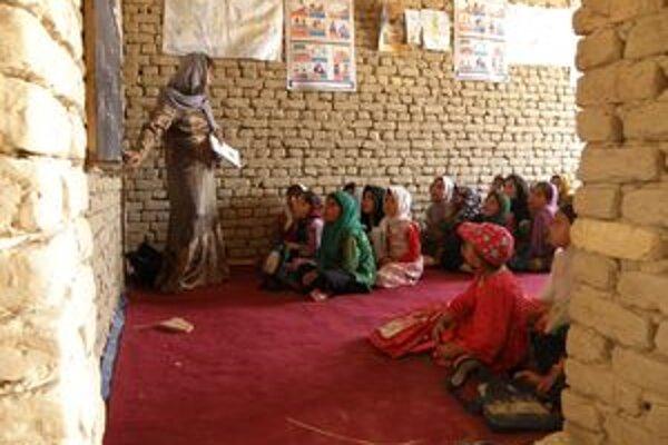 V afganských školách deti sedávajú na zemi.