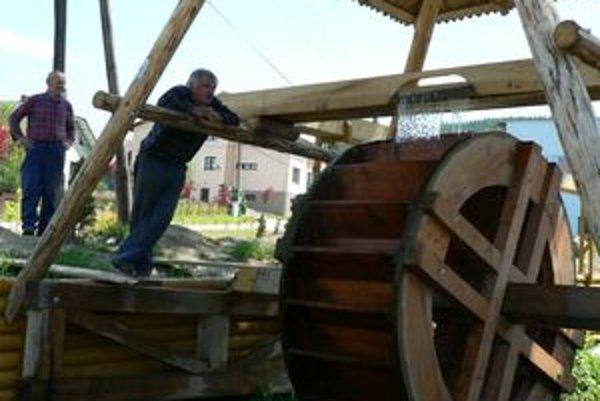 Nové mlynské koleso v centre má zatraktívniť dedinu.