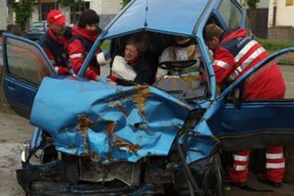V havarovanom aute sedelo päť ťažko ranených študentov.