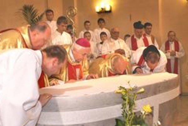 Michal Tondra (druhý sprava) so spolubratmi pri obetnom stole v trstenskom kostole.