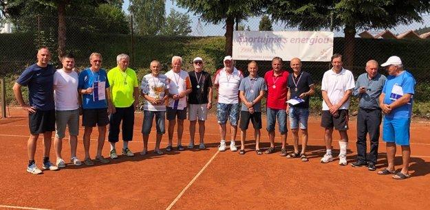 Spoločná fotka všetkých družstiev spolu s riaditeľom turnaja Milošom Hermanom a hlavným rozhodcom Michalom Varmusom.