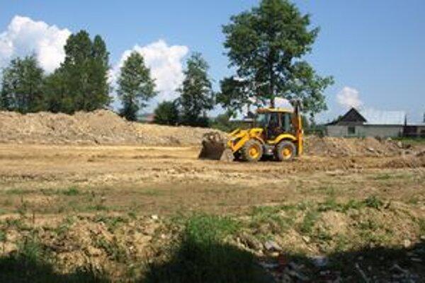 Ťažké mechanizmy rozkopávajú terén pri miestnej základnej škole. Čoskoro sa tu začne stavať telocvičňa.