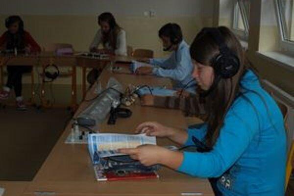 Žiaci v špeciálnej jazykovej učebni.