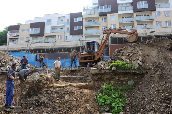 Muži pracujú na odkrývaní predsunutého opevnenia, 27. mája 2010 v centre Trenčína.