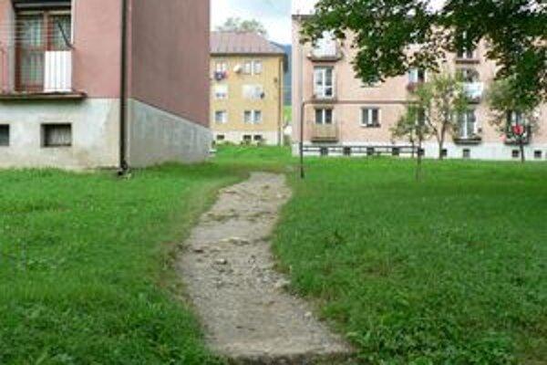 Budúci chodník. Skratku od zastávky k bytovkám, ktorú si Istebňania vychodili, dá obec vyasfaltovať.