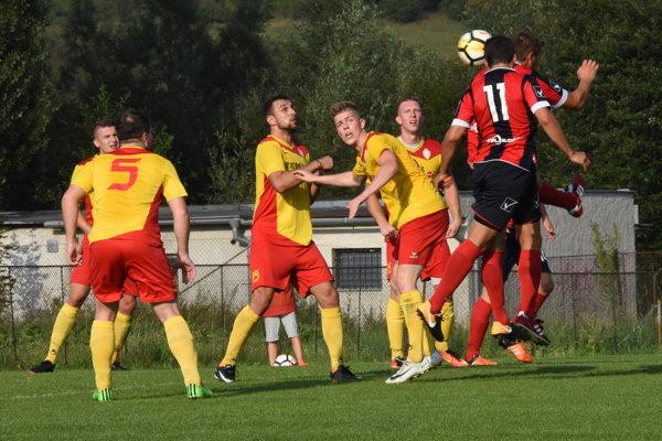 Domáci zápas s Bánovou (v žlto-červenom) futbalistom Rajca nevyšiel. Navrch mali hostia.