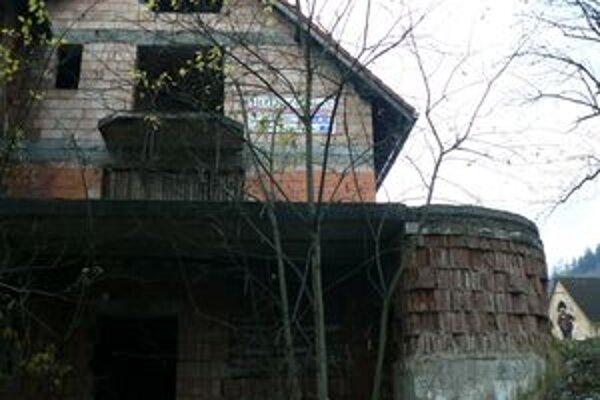 Opustená stavba v centre obce. Nasťahovali sa do nej bezdomovci.