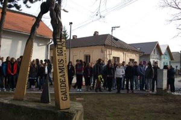 Gymnazisti si Deň boja za demokraciu a slobodu, ktorý je súčasne Dňom študentstva, pripomenuli neďaleko školy pri drevených zápalkách.