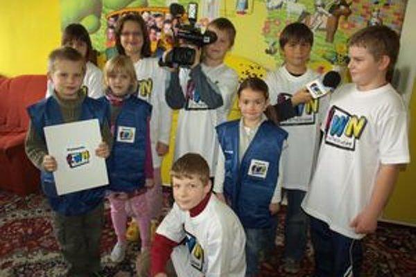 Deti sa novej profesionálnej kamere veľmi tešia. Nevedia sa dočkať, kedy začnú nakrúcať.