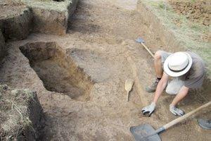 Vľavo miesto pre strelca z roku 1944 a vpravo obilnicová jama stará 5000 rokov.