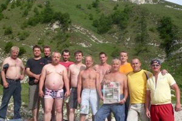 Desiatky Oravcov stavajú v Groznom komplex štadiónov. Aby vedeli, čo sa doma deje, nosia si na ďaleký Kaukaz MY Oravské noviny. Mali ich pri sebe aj pri výlete k horskému jazeru na Kaukaze.